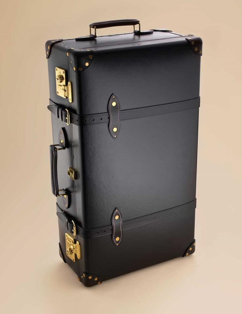 Чемодан AP TrolleyЧемоданы<br>Стильный и роскошный чемодан прекрасно подходит как для деловой поездки, так и для романтического рандеву. Выполнен в черном цвете с деталями из черной лакированной кожи и золотистыми латунными пряжками. Откройте чемодан, чтобы обнаружить принт на розовом шелке, демонстрирующий путешествие в стиле&amp;nbsp;Agent Provocateur. Размеры 54 x 38 x 18 см, вес 4.2 кг.<br><br>Возраст: Взрослый<br>Размер: U<br>Цвет: Розовый