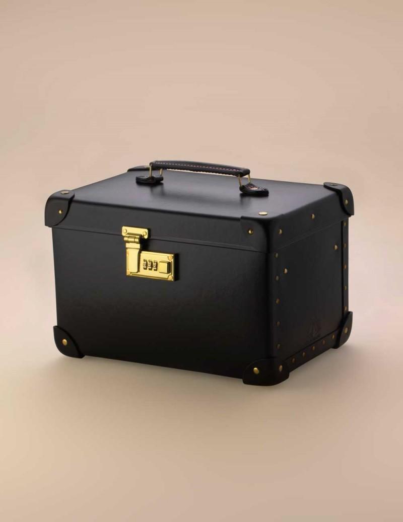 Мини-чемодан VanityЧемоданы<br>Шикарный мини-чемодан ручной работы из комбинации матовой и лакированной кожи с медными застежками, а также медными ножками, дабы сохранить его в первозданном виде как можно дольше. Открывая чемодан, Вы обнаружите большое зеркало и съемный контейнер. Зеркало снабжено потайным кожаным карманом, идеальным для сокрытия Ваших маленьких секретов. Интриги в духе&amp;nbsp;Agent&amp;nbsp;Provocateur&amp;nbsp;добавляет шелковая подкладка с фривольными иллюстрациями на курортную тематику в стиле Pin up. Чемодан создан при участии компании&amp;nbsp;Globe&amp;nbsp;Trotter&amp;nbsp;&amp;ndash; специалиста по багажу класса люкс с 1897 года. Размеры чемодана: 31 см (длина) х 21 см (ширина) х 20 см (высота). Размеры зеркала: 13 см (длина) х 8 см (высота)<br><br>Возраст: Взрослый<br>Размер: U<br>Цвет: Черный