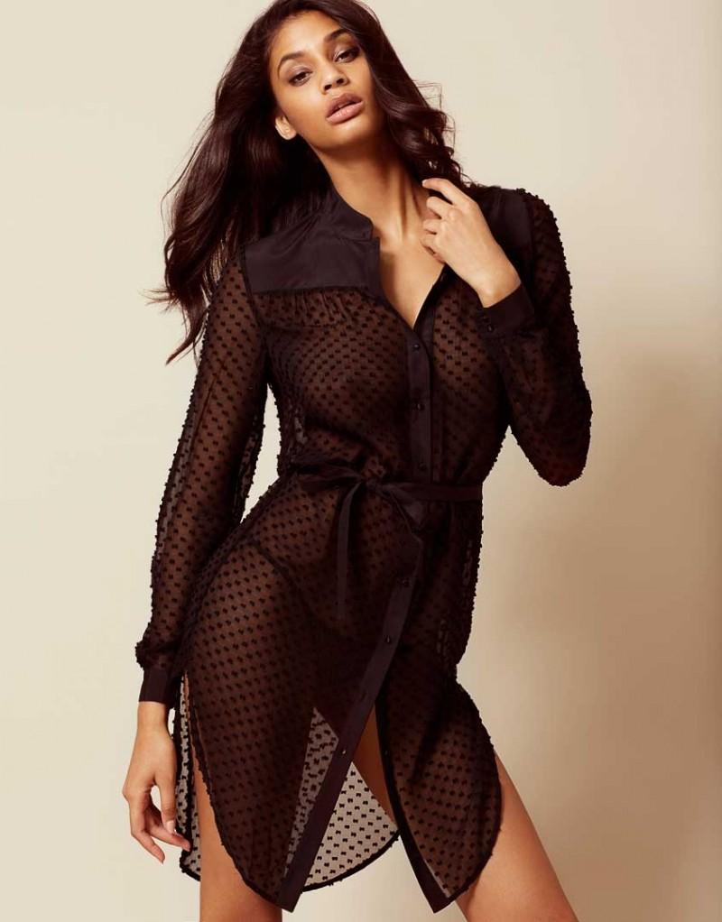 Платье-рубашка CarlaПлатья<br>В Carla сны обещают быть сладкими. Эта соблазнительная полупрозрачная сорочка - удивительное сочетание элегантности и комфорта. Рубашка с длинными рукавами и узором в горошек выполнена из роскошного шелка. Черная кокетка, планка, манжеты и пояс на талии акцентируют силуэт. Удлиненный подол и высокие вырезы по бокам завершают образ.<br><br>Возраст: Взрослый<br>Размер: S (2 AP);M (3 AP);L (4 AP)<br>Цвет: Черный<br>Состав: 70% шёлк 30% хлопок часть: 53% шёлк 47% хлопок<br>Страна-производитель: Китай