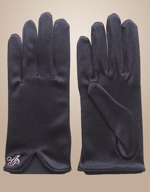 Перчатки для чулокПерчатки<br>Тонкие шелковистые перчатки из сатина черного цвета с розовым логотипом AP созданы специально для того, чтобы продлить жизнь ваших чулок. Надевайте их перед тем, как надеть чулки - это позволит избежать зацепок даже на чулках невысокой плотности.<br><br>Возраст: Взрослый<br>Размер: UN<br>Цвет: Черный