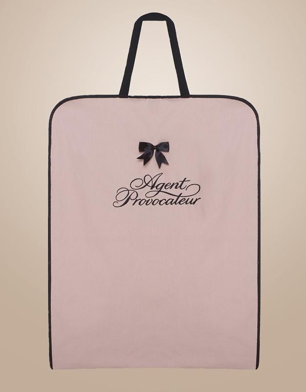 Кофр для одеждыМешочки для белья<br>Позаботьтесь о своих великолепных нарядах AP - используйте для них индивидуальный кофр! Созданный из вафельной розовой ткани, как и униформа агентов в бутиках, этот кофр украшен вышитым логотипом Agent Provocateur и черными бантиками. Благодаря удобной ручке из рифленой ленты, вы можете носить его на плече, как большую сумку. Кнопки-застежки позволяют регулировать размер кофра, делая его по-настоящему универсальным.<br>Размеры кофра 143х57 см       <br>При заказе на сумму от 150 000 рублей, включающем в себя любую вещь из категорий Одежда на выход или Будуар, вы получаете кофр в подарок.<br><br>Возраст: Взрослый<br>Размер: U<br>Цвет: Розовый