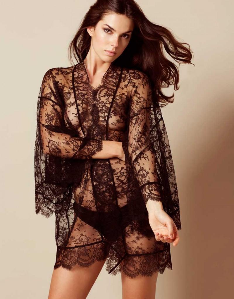 Кимоно DanielaХалаты и кимоно<br>Ничто не сравниться с роскошным кимоно Daniela, выполненном из французского кружева ливерс в форме традиционного кимоно с широкими рукавами. Кимоно украшено фестонами по краю, а съемный пояс из шифона и кружева завершает образ.<br><br>Возраст: Взрослый<br>Размер: U<br>Цвет: Черный<br>Пол: Женский<br>Состав: 67% полиамид 33% хлопок<br>Страна-производитель: Румыния