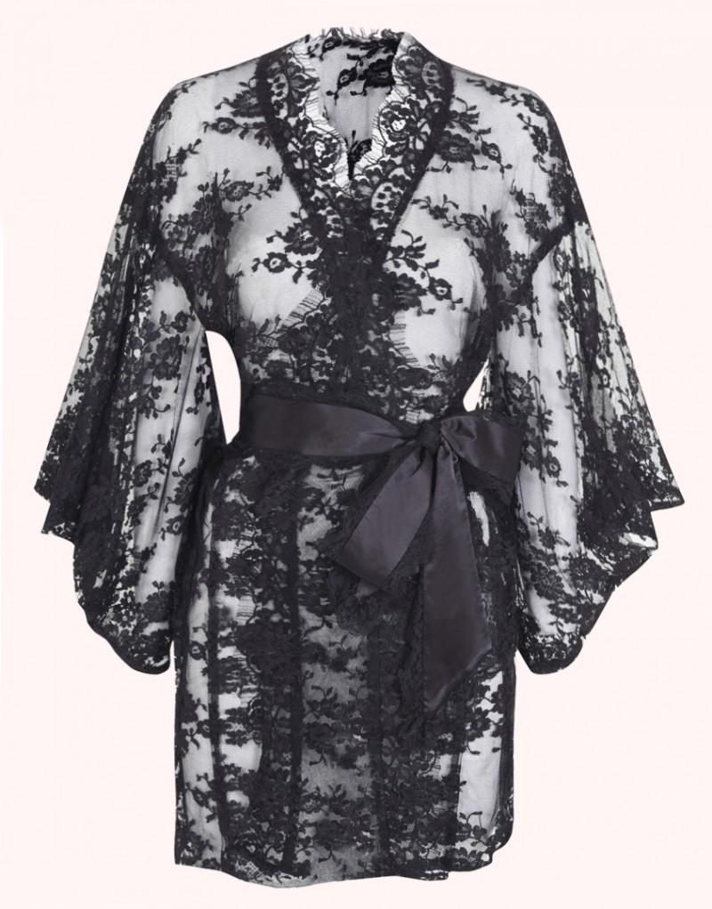 Кимоно DanielaРомантичное белье<br>Ничто не сравниться с роскошным кимоно Daniela, выполненном из французского кружева ливерс в форме традиционного кимоно с широкими рукавами. Кимоно украшено фестонами по краю, а съемный пояс из шифона и кружева завершает образ.<br><br>Возраст: Взрослый<br>Размер: U<br>Цвет: Черный<br>Состав: 67% полиамид 33% хлопок<br>Страна-производитель: Румыния