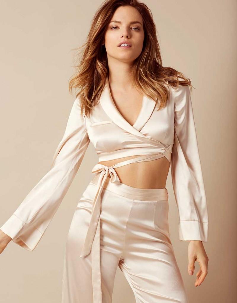 Топ LisiaХалаты и кимоно<br>Откройте для себя превосходный будуарный комплект в стиле Agent Provocateur. Укороченный халат из эластичного персикового шелка соблазнительно обнажает тело. Завязки спереди обеспечивают дополнительную поддержку, а игривая вышивка 'Mrs' на спине, выполненная серебристыми нитями, завершает образ. Сочетайте с пижамными брюками Lisia.<br><br>Возраст: Взрослый<br>Размер: S (2 AP);M (3 AP);L (4 AP)<br>Цвет: Розовый<br>Пол: Женский<br>Состав: 93% шёлк 7% эластан<br>Страна-производитель: Китай