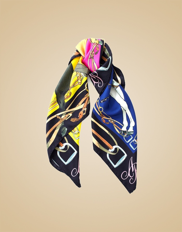 Шелковый шарф CorinthiaШарфы, платки<br>Шелковый шарф Сorinthia - идеальной аксессуар для любого образа, в том числе&amp;nbsp;вашего белья.<br><br>Эта модель с оригинальным принтом в виде наездниц на лошадях в&amp;nbsp;теплых, насыщенных осенних оттенках прекрасно сочетается с бельем из сезонной&amp;nbsp;коллекции.<br><br>&amp;nbsp;<br><br>Возраст: Взрослый<br>Размер: U<br>Цвет: Красный