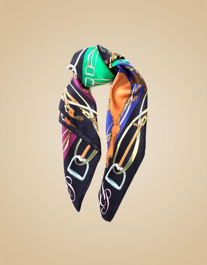Шелковый шарф CorinthiaШарфы, платки<br>Шелковый шарф Сorinthia - идеальной аксессуар для любого образа, в том числе&amp;nbsp;вашего белья.<br><br>Эта модель с оригинальным принтом в виде наездниц на лошадях в&amp;nbsp;теплых, насыщенных холодных&amp;nbsp;оттенках прекрасно сочетается с бельем из сезонной&amp;nbsp;коллекции.<br><br>Возраст: Взрослый<br>Размер: U<br>Цвет: Синий