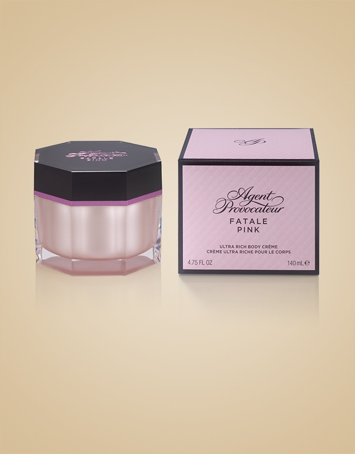 Крем для тела  Fatale PinkАксессуары<br>Поддайтесь очарованию завораживающего&amp;nbsp;аромата Fatale Pink, которым благоухает этот ультра-питательный крем для тела, мгновенно смягчающий кожу. Красивая упаковка делает его идеальным подарком для тех, кто неравнодушен к загадочному и соблазнительному Fatale Pink.<br><br>&amp;nbsp;<br><br>Чувственный цветочный аромат&amp;nbsp;сочетает в себе ноты средиземноморского мандарина, цветков персика, взбитых сливок с соком Юзу, ночного цветущего дурмана, индийского черного шафрана и мускуса.<br><br>&amp;nbsp;<br><br>Возраст: Взрослый<br>Размер: 140ml<br>Цвет: Розовый<br>Страна-производитель: США