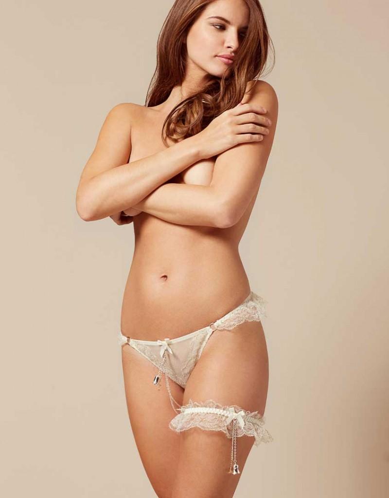 Подвязка BellaРомантичное белье<br>За самым важным днем в жизни каждой девушки следует волнующая ночь. Лучшим свадебным аксессуаром для нее станет игривая Bella. Подвязка цвета слоновой кости прекрасно сочетается с французскими трусиками Bella. Созданная из слегка присборенного кружева со сверкающей вышивкой из люрекса, эта модель на эластичной шелковой ленте украшена маленьким бантиком и игривым колокольчиком, который по желанию можно отстегнуть.<br><br>Возраст: Взрослый<br>Размер: U<br>Цвет: Молочный<br>Состав: боди: 88% полиамид 12% меттализированная нить эластичная отделка: 90% полиамид 10% эластан<br>Страна-производитель: Китай