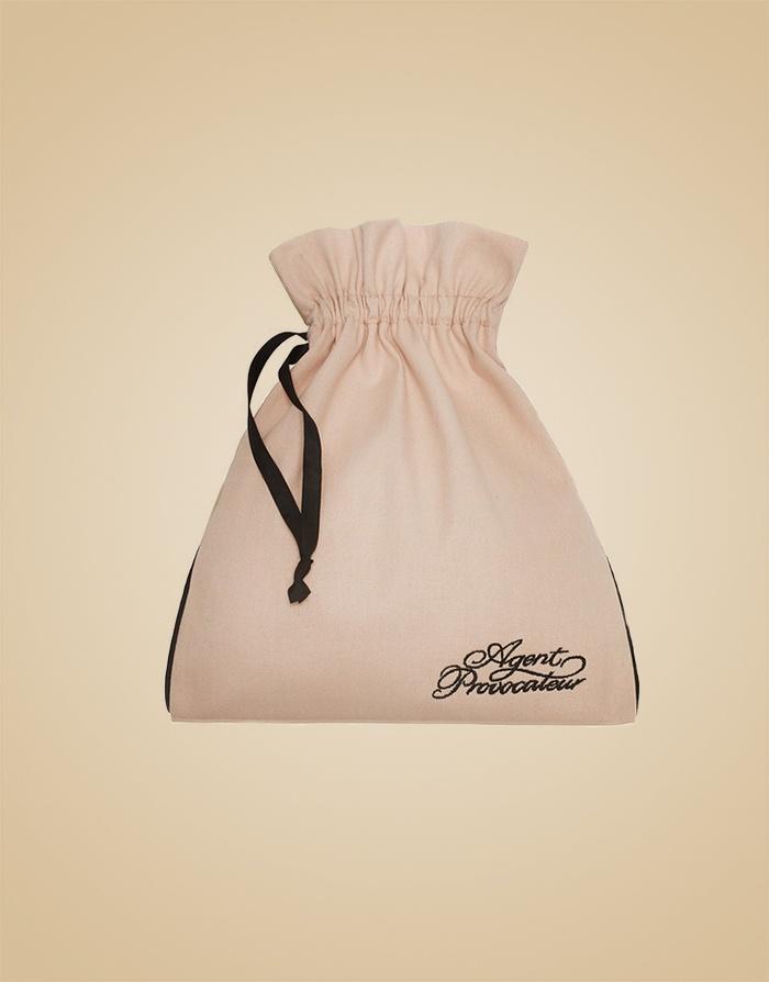 Мешочек для белья хлопковыйМешочки для белья<br>Незаменимая вещь для хранения белья и сбора багажа в незабываемые путешествия!<br>Мешочек для белья, выполненный из натурального хлопка фирменного пудрово-розового цвета, украшен контрастной черной строчкой, лентами и вышитым логотипом Agent Provocateur.<br>Размеры мешочка: 30Х25 см<br><br>Возраст: Взрослый<br>Размер: U<br>Цвет: Розовый<br>Состав: 100% хлопок<br>Страна-производитель: Китай