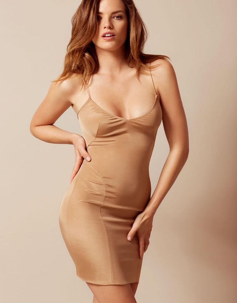 Сорочка CoralineПлатья<br>Coraline - классическая модель, которая должна быть в гардеробе каждой девушки. Тонкая сорочка с простым эффектным силуэтом красиво подчеркивает фигуру. Вы можете надевать ее как сорочку, как нижнее платье (например, в сочетании с платьем Vanessah) или носить в качестве платья-сорочки в стиле 90-х годов. Изготовленная из роскошного эластичного крепдешина, эта элегантная модель с V-образным вырезом декольте и тонкими регулирующимися бретелями украшена акцентирующими швами.<br><br>Возраст: Взрослый<br>Размер: M (3 AP);S (2 AP)<br>Цвет: Телесный<br>Состав: 93% шёлк 7% эластан<br>Страна-производитель: Китай