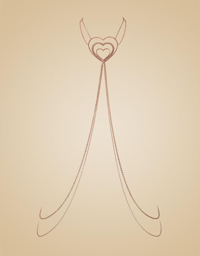 Цепочка на тело EttieУкрашения<br>Коллекция Ettie создана для сердцеедок! Подчеркните фигуру цепочкой на тело, выполненной из металла цвета розового золота. Сердце-чокер с застежкой на шее дополнено металлическими нитями, игриво ниспадающими вдоль тела. Сочетайте с накладками Ettie.<br><br>Возраст: Взрослый<br>Размер unitSize=: UN<br>Цвет: Золотой<br>Пол: Женское<br>Материал: 100% покрытие розовое золотое покрытие латунь