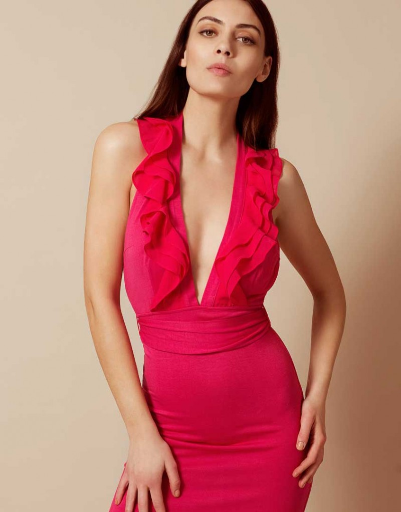 Накидка BettinaПляжные накидки<br>Вдохновленная винтажной элегантностью примадонна Bettina увлекает за собой в мир драмы и соблазна. Яркая накидка до пола без рукавов и с глубоким вырезом оторочена кокетливыми рюшами. Длинная свободная юбка подчеркивает фигуру и позволяет чувствовать себя комфортно в течение всего дня.<br><br>Возраст: Взрослый<br>Размер: M (3 AP);L (4 AP);S (2 AP)<br>Цвет: Розовый<br>Состав: 100% шёлк<br>Страна-производитель: Португалия