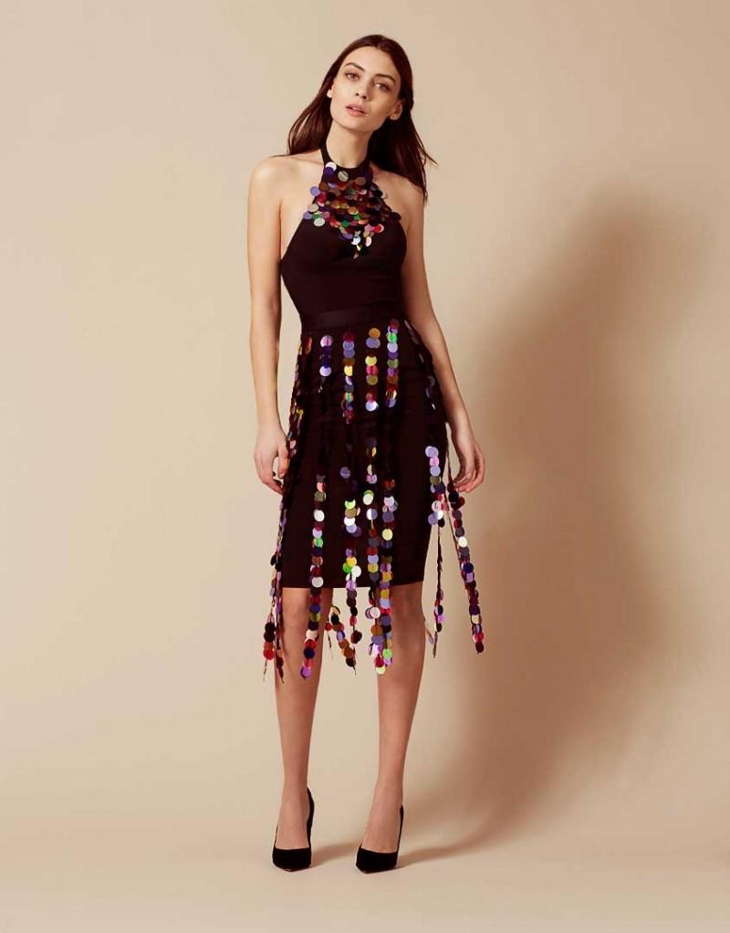 Платье RenoПлатья<br>Начните вечеринку в Reno - потрясающем платье, в котором вы всю ночь будете в центре внимания. Блестящее платье из черного крепдешина искусно подчеркивает изгибы и стройность фигуры благодаря утягивающим панелям с внутренними швами. Чашки со скрытыми косточками обеспечивают незаметную поддержку. Высокий бюстгальтер спереди украшает панель из полупрозрачного черного тюля, расшитая крупными разноцветными пайетками, которые эффектно отражают свет. Образ завершает декоративный пояс, гирлянды пайеток которого ниспадают вдоль юбки от талии  и мягко покачиваются при каждом движении.<br><br>Возраст: Взрослый<br>Размер: L (4 AP);M (3 AP);S (2 AP)<br>Цвет: Черный<br>Состав: 93% шёлк 7% эластан сеточка: 100% полиамид<br>Страна-производитель: Китай