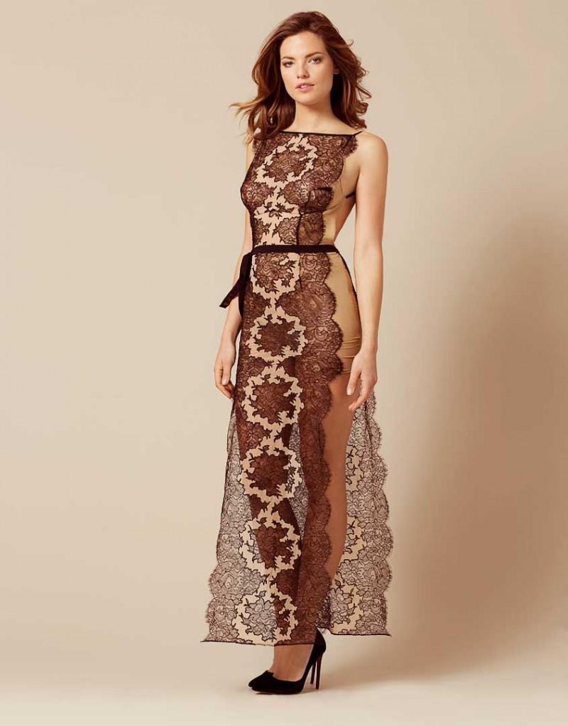 Халат CoraХалаты и кимоно<br>Начните любовное приключение вместе с Cora, новым романтичным платьем, богато украшенным кружевом. Платье с продольными разрезами по бокам выполнено из кремового шифона с аппликациями черного флорального кружева ливерс. Отсутствие косточек обеспечивает комфортную посадку и создает легкий летящий силуэт. Внутренние чашечки из прозрачного тюля и плотные швы по бокам поддерживают грудь, а панели тюля на подкладке добавляют структурности и эффектно подчеркивают фигуру. Черный шифоновый пояс на талии завершает образ.<br><br>Возраст: Взрослый<br>Размер: S/M<br>Цвет: Черный<br>Состав: 56% полиамид 44% вискоза боди вплетенные: 100% лиоцелл сторона часть: 100% шёлк<br>Страна-производитель: Китай