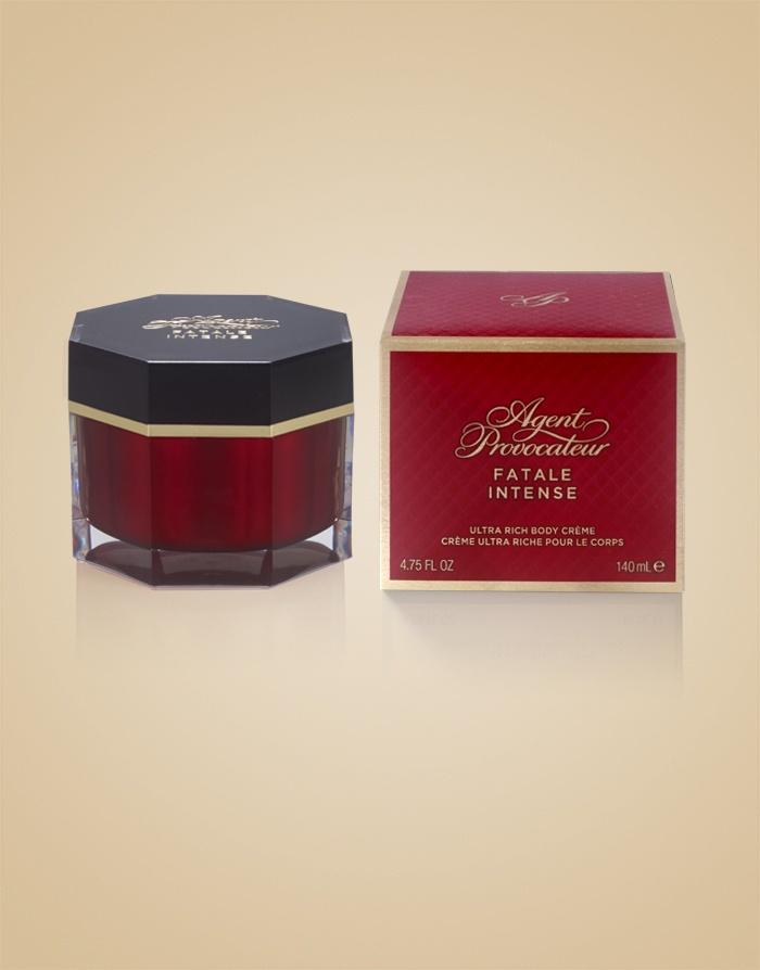 Крем для тела Fatale IntenseАксессуары<br>Поддайтесь очарованию завораживающего аромата Fatale Intense, которым благоухает этот ультра-питательный крем для тела, мгновенно смягчающий кожу. Красивая упаковка делает его идеальным подарком для тех, кто неравнодушен к загадочному и соблазнительному Fatale Intense.<br><br>Верхние ноты ежевики, лакрицы и пряного чили мгновенно привлекают внимание. Сердце аромата раскрывается яркими нотами экзотических цветов лотоса, магнолии и красной розы, пробуждающими страсть. Опьяняющая и теплая основа с нотами черной кожи, амбры и ванили воспламеняет желание.<br><br>Возраст: Взрослый<br>Размер: 140ml<br>Цвет: Красный