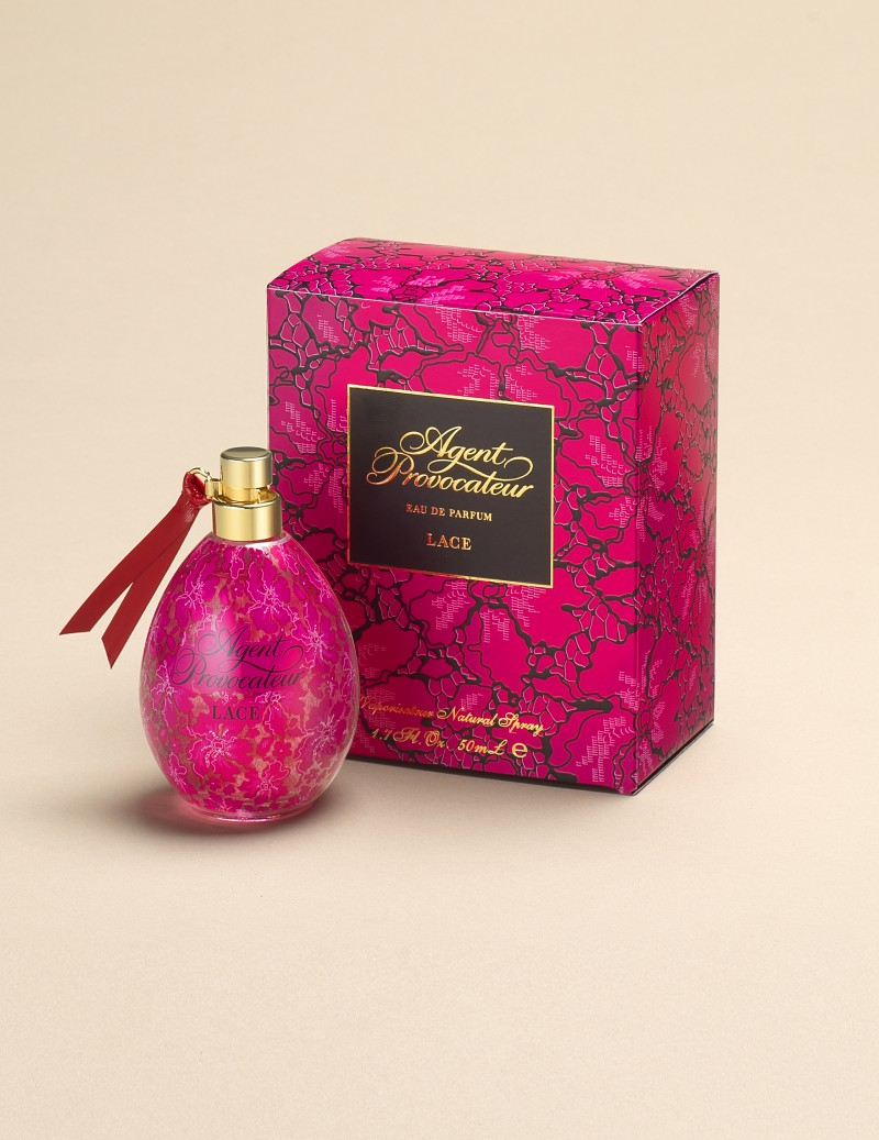 Парфюмерная вода Lace 50 млАксессуары<br>Новый цветочный аромат с игривыми древесно-мускусными переливами представляет собой лимитированный выпуск&amp;nbsp;в честь 15-летия парфюма &amp;laquo;Agent Provocateur&amp;raquo;. На этот раз розовое стекло флакона украшено роскошным кружевным узором и игривым красным кожаным ремешком-галстучком. Звучание ароматической композиции начинается с прохладной свежести бергамота, букета&amp;nbsp;соблазнительных цветочных нот и бархатистой пряности шафрана. Сердечный аккорд дарит дурманящий пряно-медовый запах дикой орхидеи. Завершает звучание парфюма мягкий и обольстительный&amp;nbsp;шлейф из хвойно-дымных нот черного кедра, мягких&amp;nbsp;акцентов древесины амбрового дерева и шелковистого, волнующего мускуса.<br><br>&amp;nbsp;<br><br>&amp;nbsp;<br><br>Возраст: Взрослый<br>Размер unitSize=INT: 50ml<br>Цвет: розовый<br>Пол: Женское