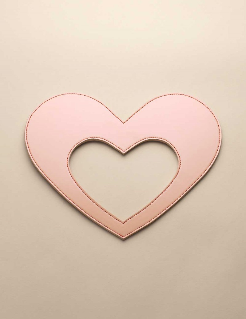 Хлопушка EttieХлопушки<br>Коллекция Ettie создана для сердцеедок! Розовая кожаная хлопушка в форме сердца с красной строчкой по краю и логотипом Agent Provocateur придаст игривое настроение вашему вечеру и позволит воплотить самые смелые желания.<br><br>Возраст: Взрослый<br>Размер unitSize=: UN<br>Цвет: Золотой<br>Пол: Женское<br>Материал: 100% кожа