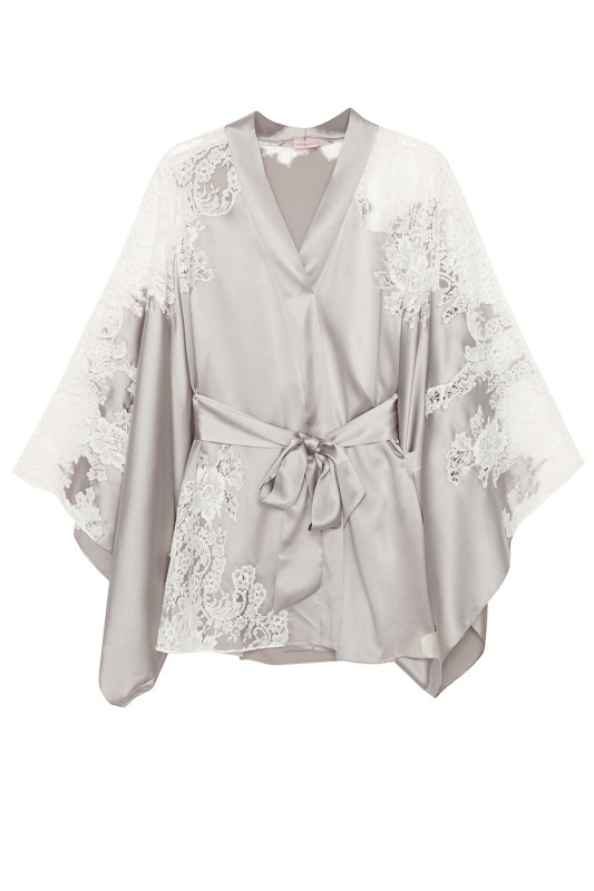 Кимоно NayeliХалаты и кимоно<br>Величественная Nayeli - это великолепное сочетание бескомпромиссной роскоши и абсолютного изящества.  Кимоно нежно-серебристого цвета  выполнено в особой традиционной технике: аппликации молочного французского кружева ливерс украшают шелковую базу, создавая привлекательное сочетание текстуры и цвета. Кимоно с запахом и широкими свободными рукавами дополнено поясом на талии. Сочетайте с другими моделями деми-кутюрной коллекции Nayeli.<br><br>Возраст: Взрослый<br>Размер AP: S/M<br>Цвет: Серебряный<br>Пол: Женское<br>Материал: 94% шёлк 6% эластан кружево: 73% хлопок 27% полиамид