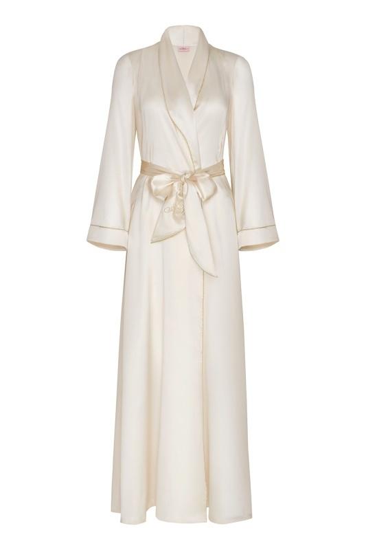 Халат Classic Dressing Gown LongВсе для отпуска<br>Классический элегантный халат из чистого шелка - очаровательная будуарная модель и находка для будущей невесты. Длинный халат с запахом дополнен шелковым поясом с вышитым логотипом AP. Тонкая строчка золотистого люрекса украшает рукава. Легендарная классика Agent Provocateur станет не только прекрасным подарком на свадьбу, но и незаменимым предметом бельевого гардероба.<br><br>Возраст: Взрослый<br>Размер: L (4 AP);S (2 AP);M (3 AP)<br>Цвет: Молочный<br>Состав: 100% шёлк<br>Страна-производитель: Китай