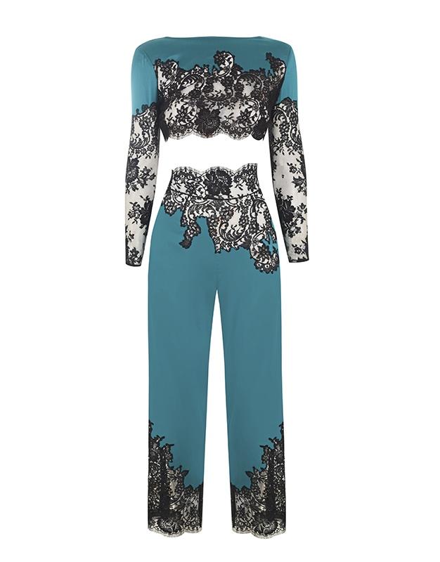 Брюки пижамы NayeliЯркое белье<br>Nayeli - это великолепное сочетание бескомпромиссной роскоши и абсолютного изящества. Брюки насыщенного изумрудного цвета выполнены в особой традиционной технике: аппликации черного французского кружева ливерс украшают шелковую базу, создавая привлекательный микс текстуры и яркого цвета. Широкие элегантные брюки с высокой талией декорированы черным кружевом по низу и вдоль пояса. Восхитительный подарок, эти брюки прекрасно сочетаются с другими моделями деми-кутюрной коллекции Nayeli. Наденьте их на выход для создания роскошного вечернего образа.<br><br>Возраст: Взрослый<br>Размер unitSize=: S (2 AP)<br>Цвет: None<br>Пол: Женское<br>Материал: 94% шёлк 6% эластан