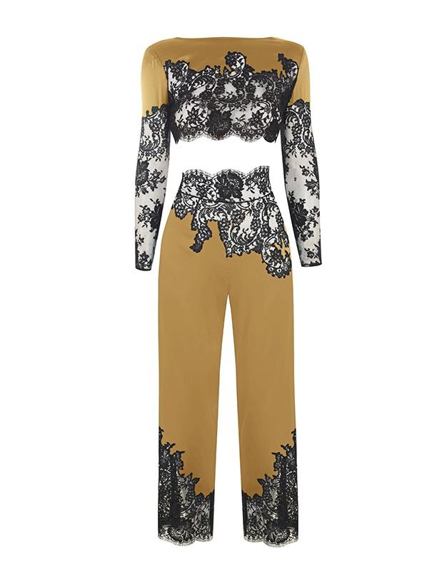 Брюки пижамы NayeliОктябрь 2016<br>Nayeli - это великолепное сочетание бескомпромиссной роскоши и абсолютного изящества. Золотые брюки выполнены в особой традиционной технике: аппликации черного французского кружева ливерс украшают шелковую базу, создавая привлекательный микс текстуры и яркого цвета. Широкие элегантные брюки с высокой талией декорированы черным кружевом по низу и вдоль пояса. Восхитительный подарок, эти брюки прекрасно сочетаются с другими моделями деми-кутюрной коллекции Nayeli. Наденьте их на выход для создания роскошного вечернего образа.<br><br>Возраст: Взрослый<br>Размер AP: S (2 AP)<br>Цвет: Золотой<br>Пол: Женское<br>Материал: 94% шёлк 6% эластан