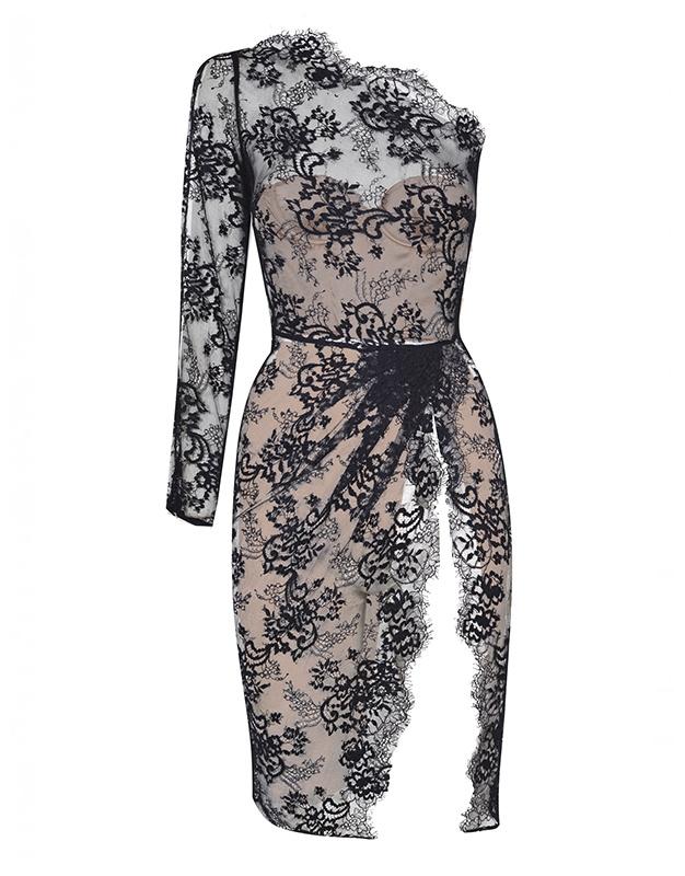 Платье LillianПлатья<br>Хотите произвести впечатление? Вам понадобится Lillian! Соблазнительное вечернее платье из гладкого шелка телесного цвета имеет встроенный корсет с бюстгальтером пуш-ап для создания идеального силуэта. Верхний слой из графичного кружева с цветочным узором правильно расставляет акценты, визуально удлиняя фигуру и подчеркивая одно плечо. Спереди платье украшает глубокий вырез. Сбоку имеется потайная молния.<br><br>Возраст: Взрослый<br>Размер: S (2 AP);L (4 AP)<br>Цвет: Черный