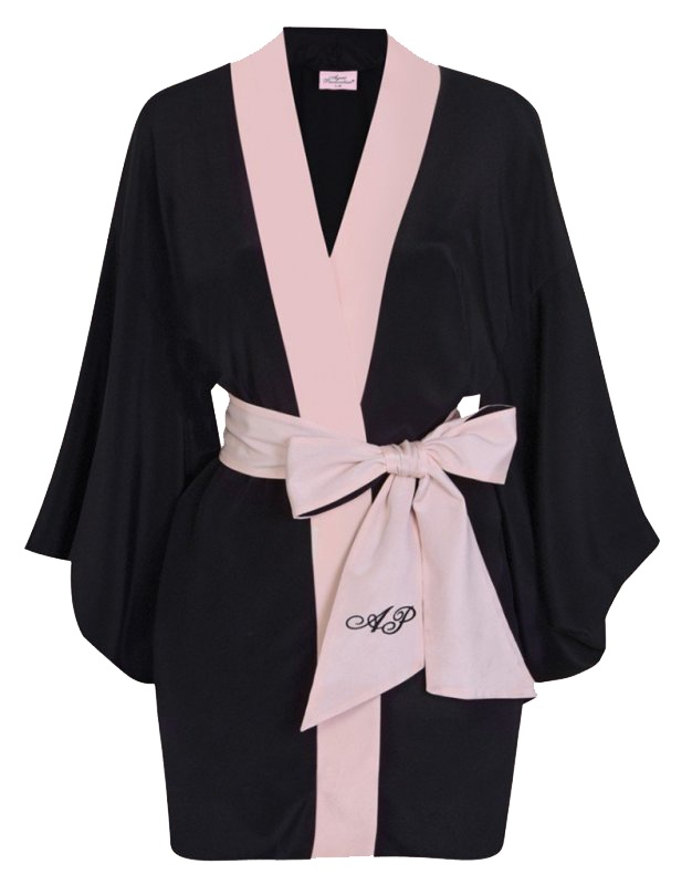 Кимоно KikiЧерное белье<br>Роскошное шелковое кимоно выполнено в классическом сочетании цветов АР. Короткое кимоно с широкими рукавами украшено розовой отделкой и вышивкой на поясе. Данное кимоно являются двусторонней моделью.<br><br>Возраст: Взрослый<br>Размер unitSize=: S/M<br>Цвет: черный<br>Пол: Женское