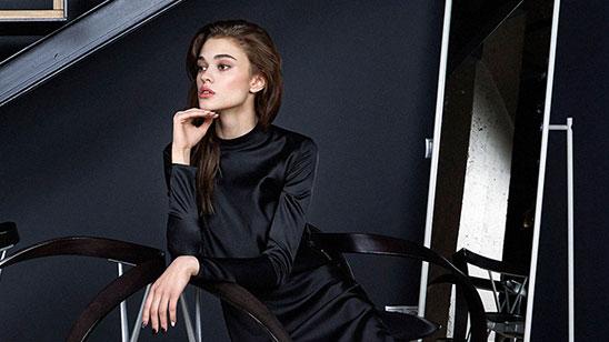 b1e0ba197e3 Помимо платьев дизайнер создает и множество базовых классических моделей в  лаконичном стиле – пиджаков