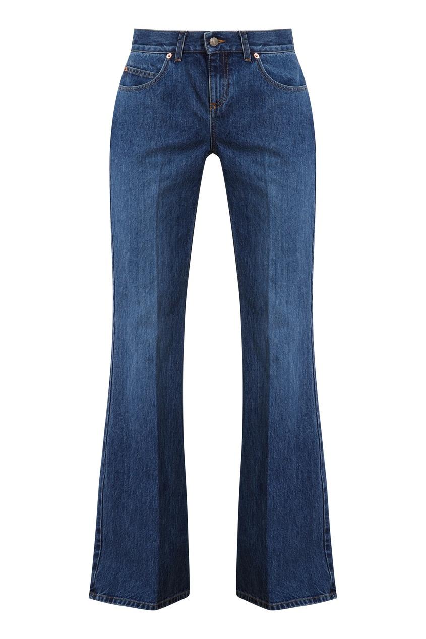 Голубые расклешенные джинсы
