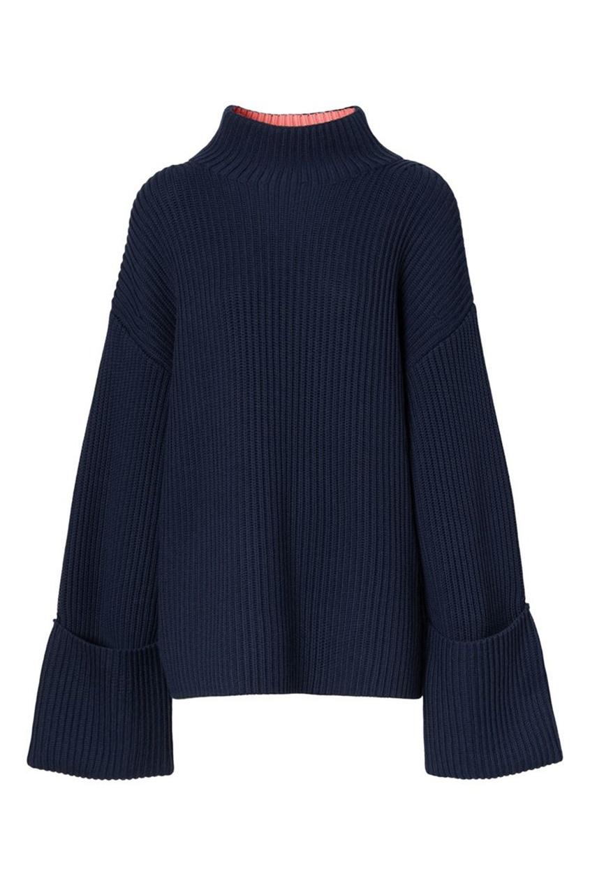 Темно-синий свитер с высоким горлом