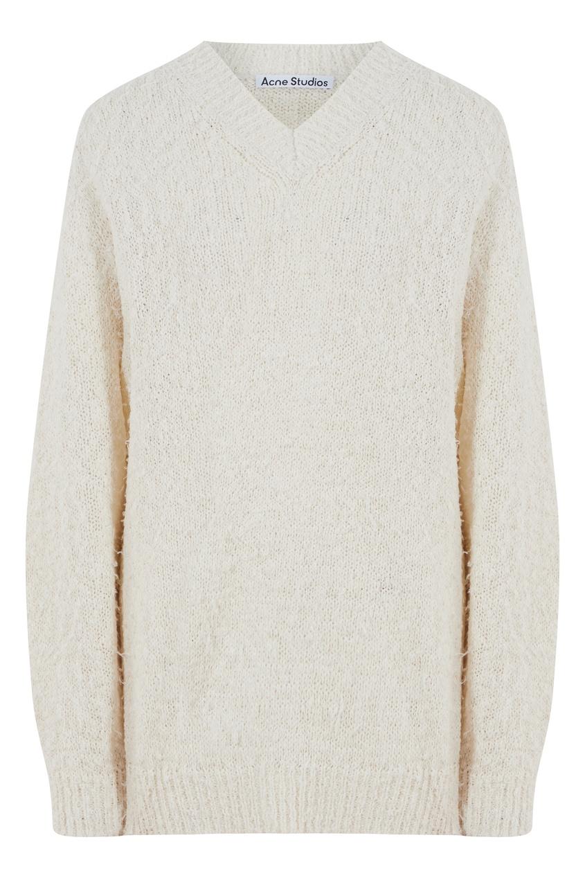 Белый объемный свитер
