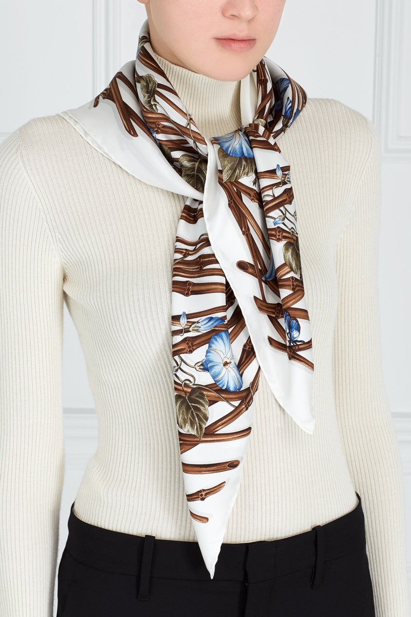 Фото 3 - Шелковый платок с вьюнками от Gucci белого цвета
