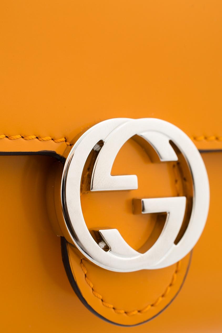 Фото 2 - Кошелек из глянцевой кожи от Gucci желтого цвета