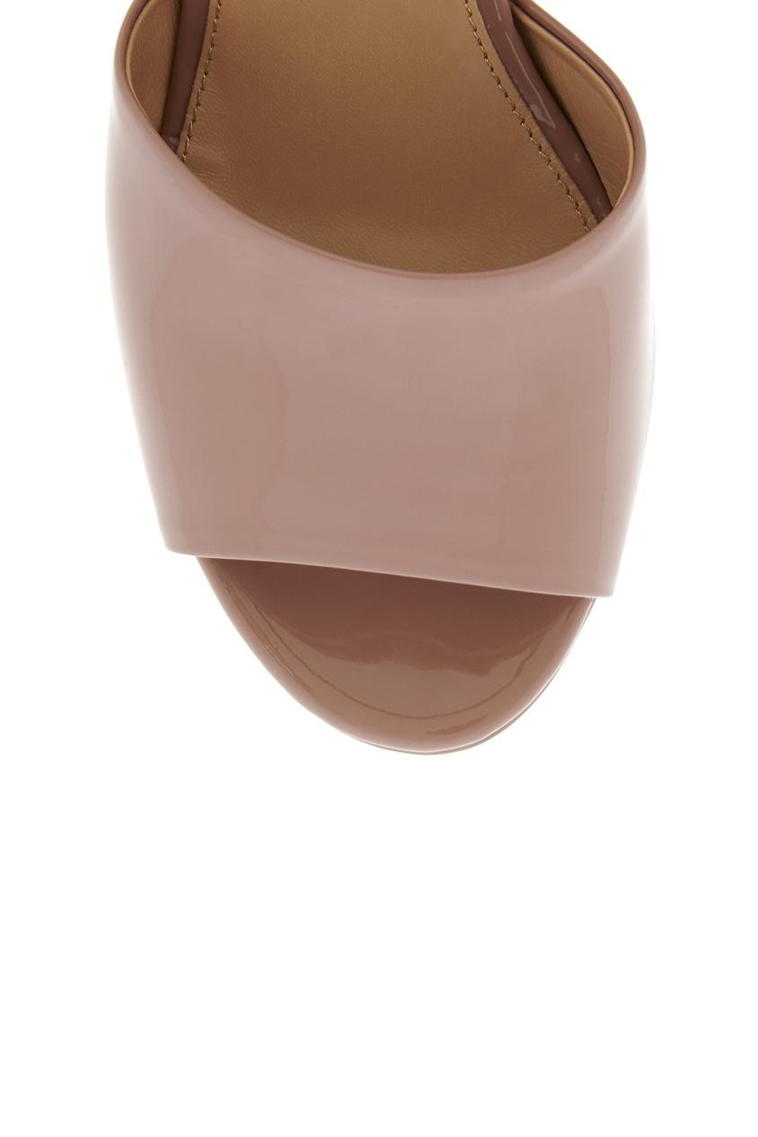 Фото 5 - Босоножки из лакированной кожи от Sergio Rossi бежевого цвета