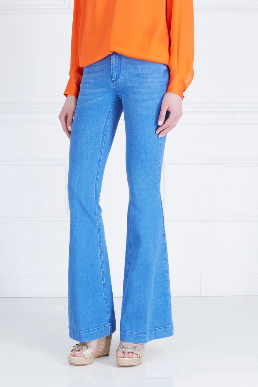 Фото 3 - Джинсы от Stella McCartney голубого цвета