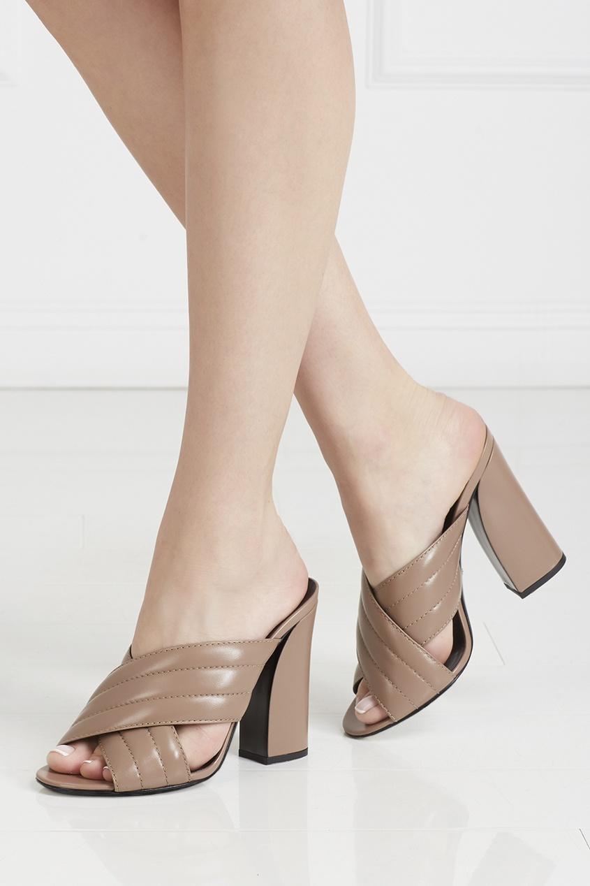 Фото - Кожаные туфли-мюли от Gucci бежевого цвета
