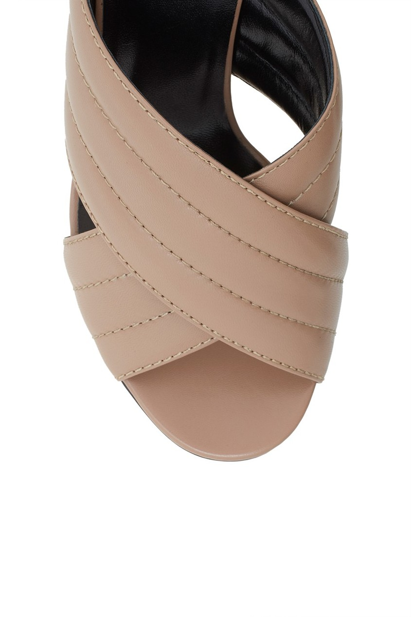 Фото 5 - Кожаные туфли-мюли от Gucci бежевого цвета