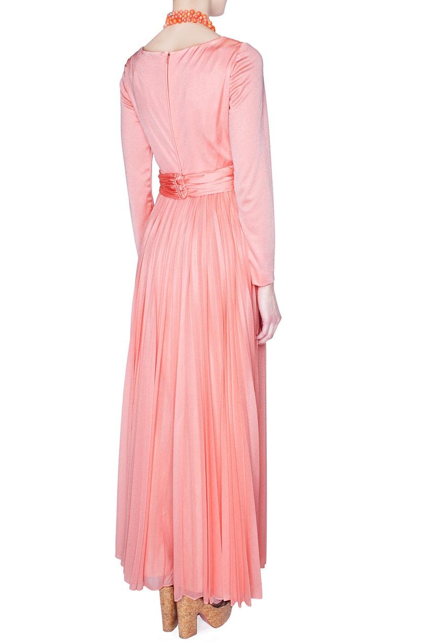Платье с длинными рукавами и глубоким V-образным вырезом