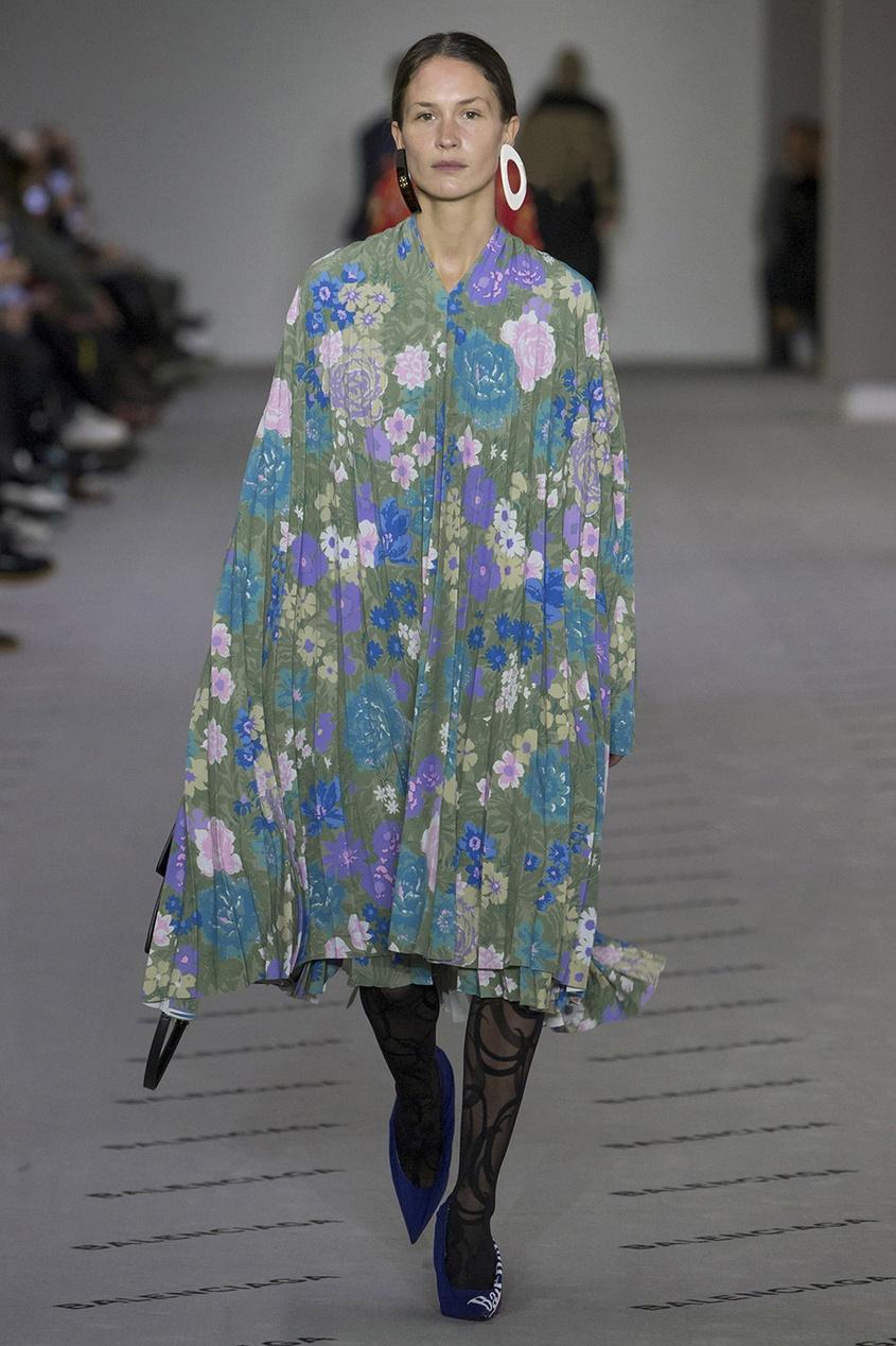 Balenciaga Плиссированное платье с цветочным принтом balenciaga джинсовые брюки