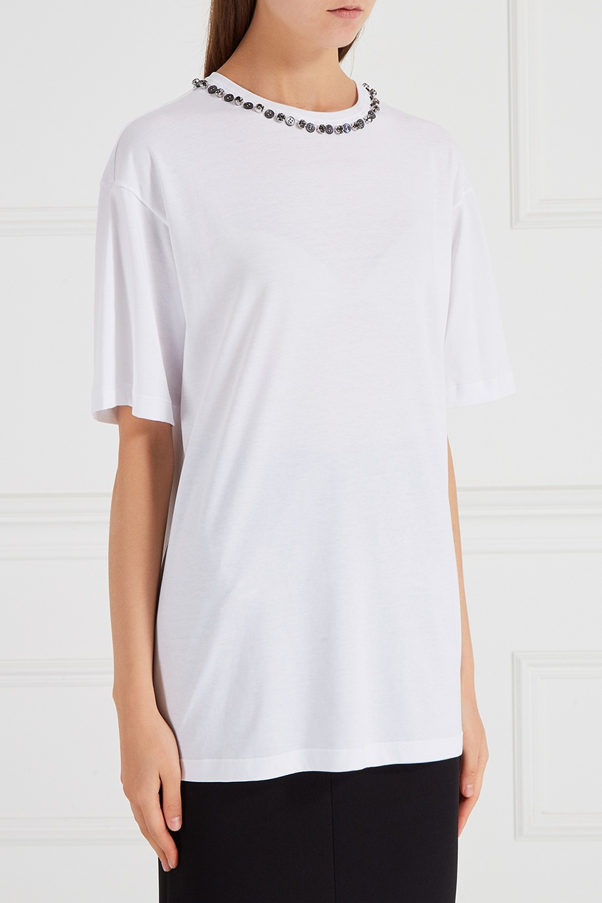 Белая футболка с декорированным вырезом