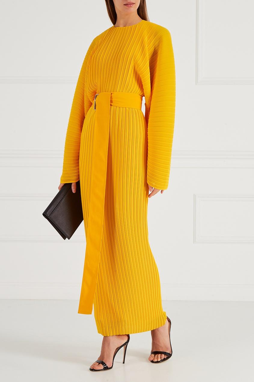 Желтое плиссированное платье