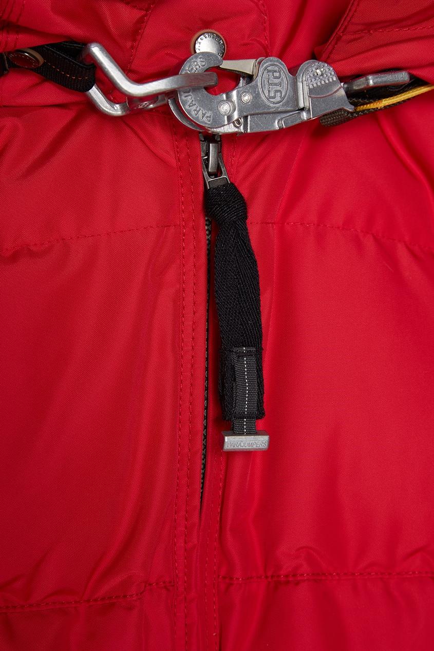 Красный пуховик с меховой отделкой