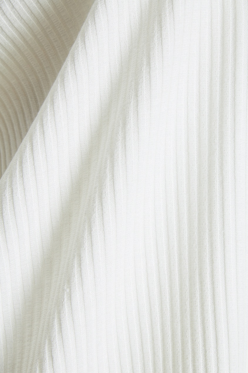Белая водолазка в рубчик