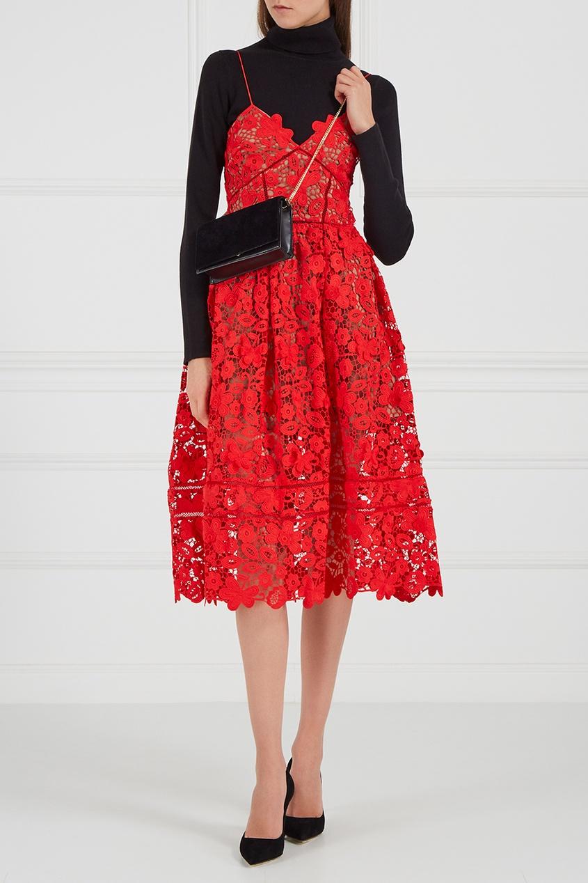 Красное платье на бретелях