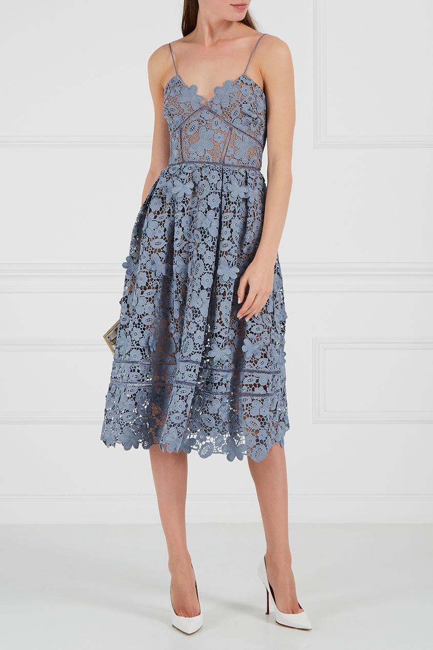 Голубое платье на бретелях