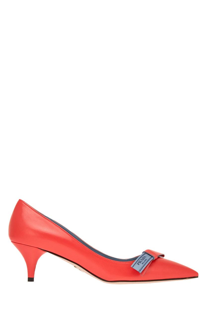 Красные кожаные туфли с логотипом