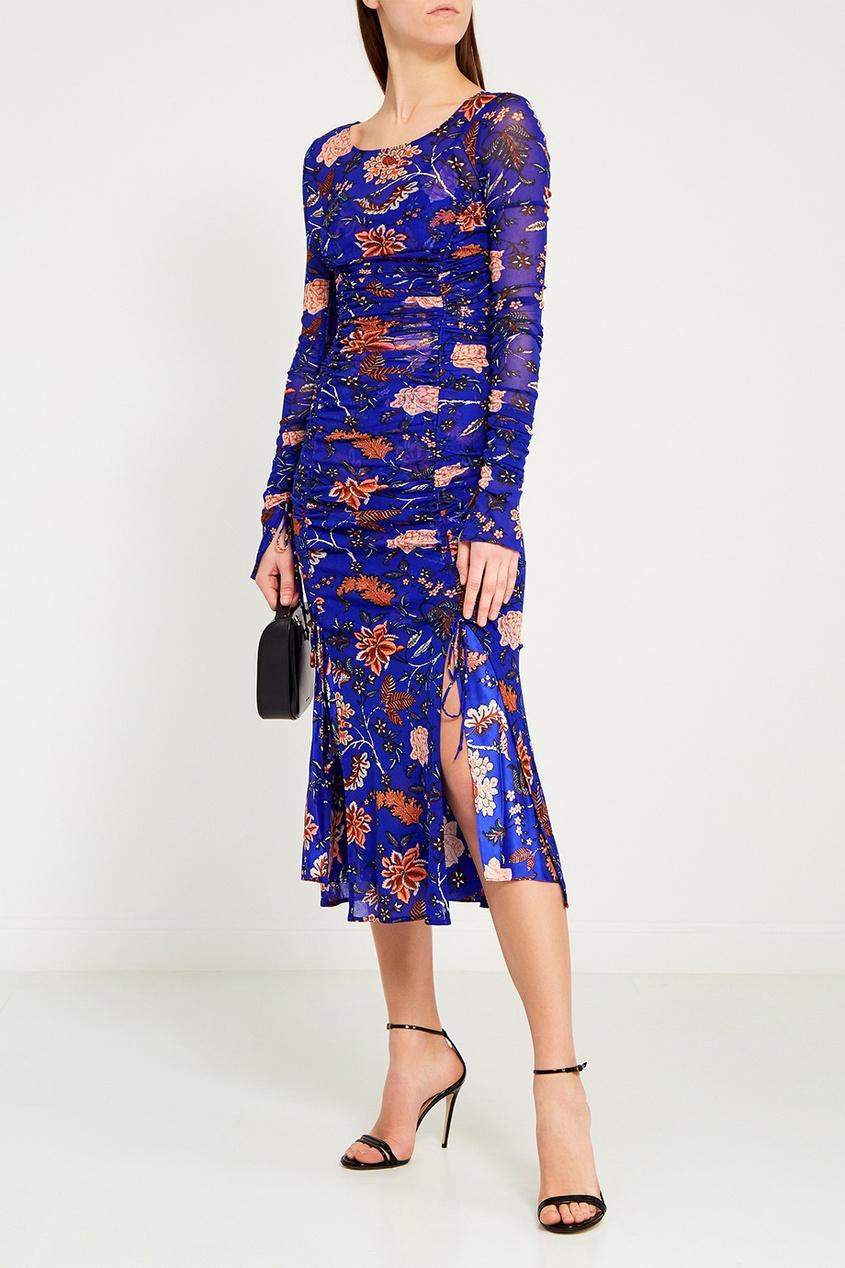 Синее драпированное платье с цветами