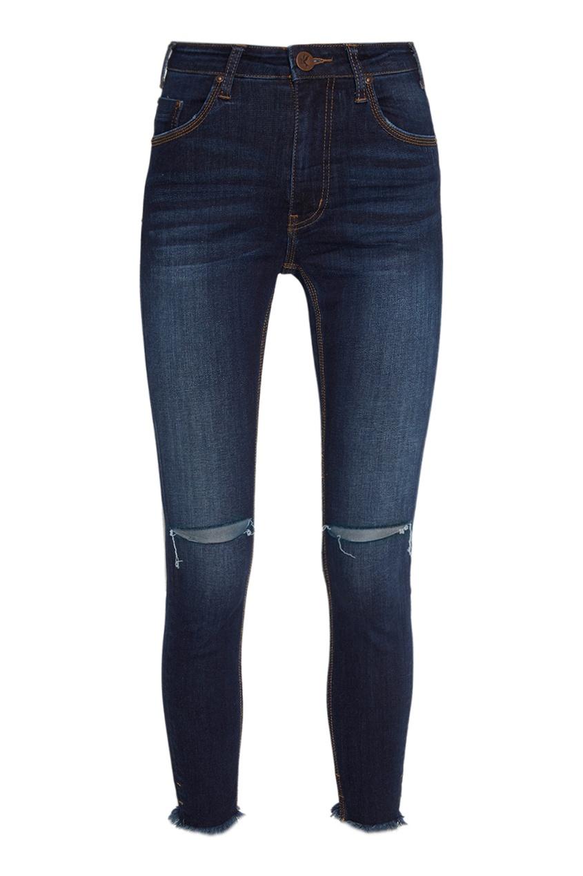 Синие джинсы с разрезами на коленях