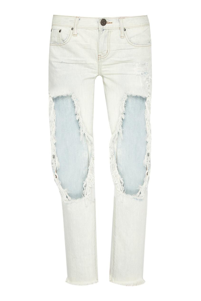 Светлые джинсы со сквозными потертостями