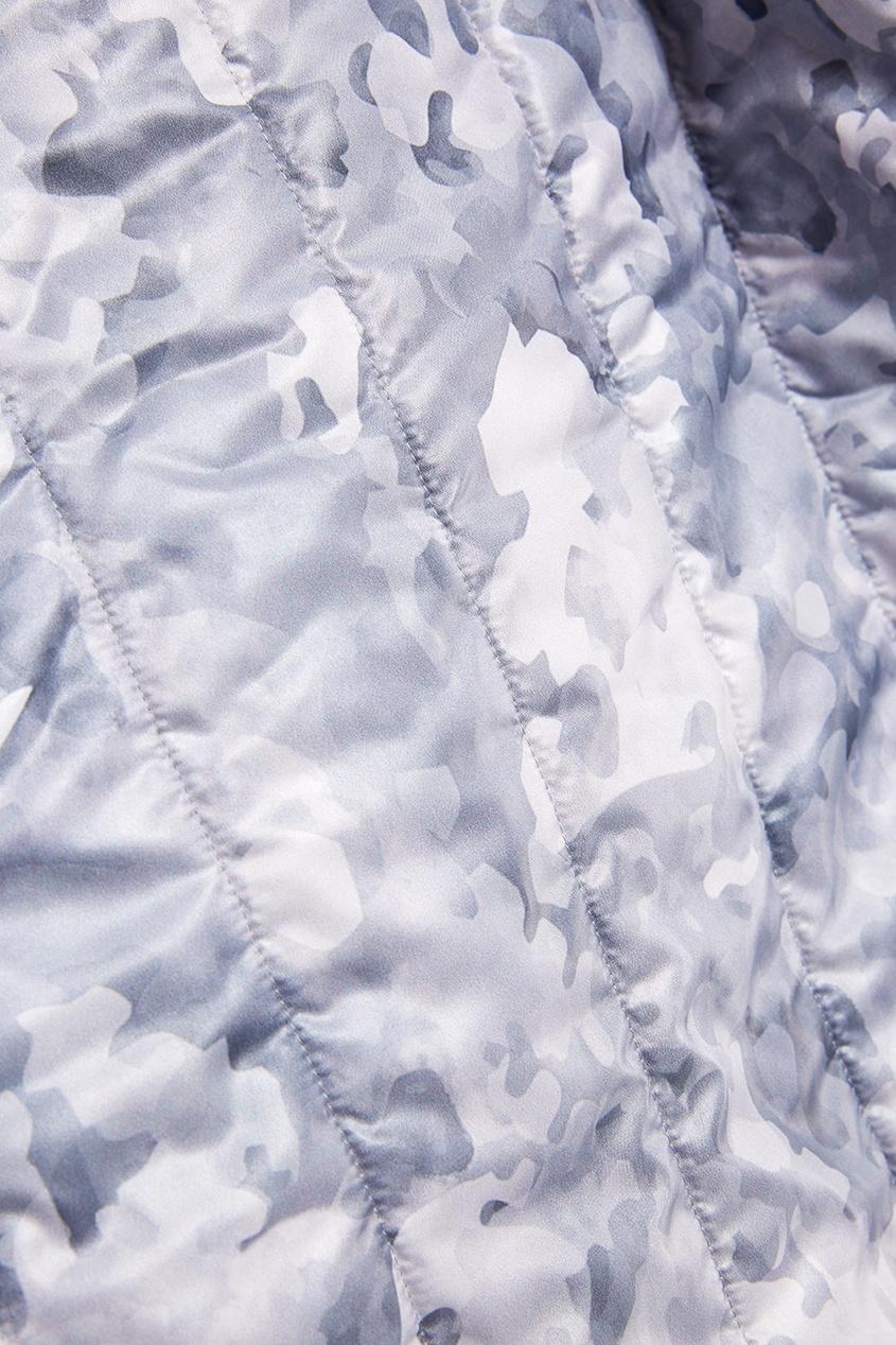 Серый пуховик с камуфляжным принтом